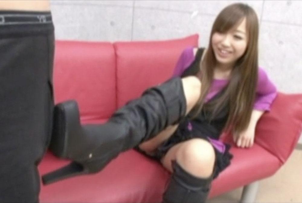 星崎アンリがブーツの靴底でしごいてます
