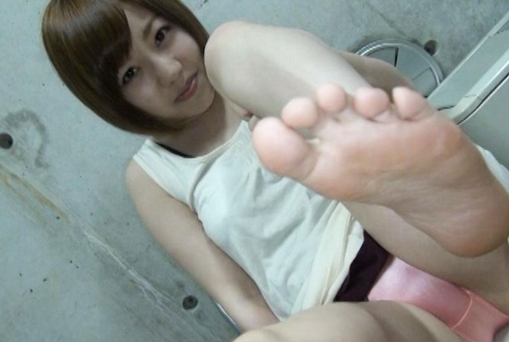 女子がピンクのパンツと生足裏を見せてます