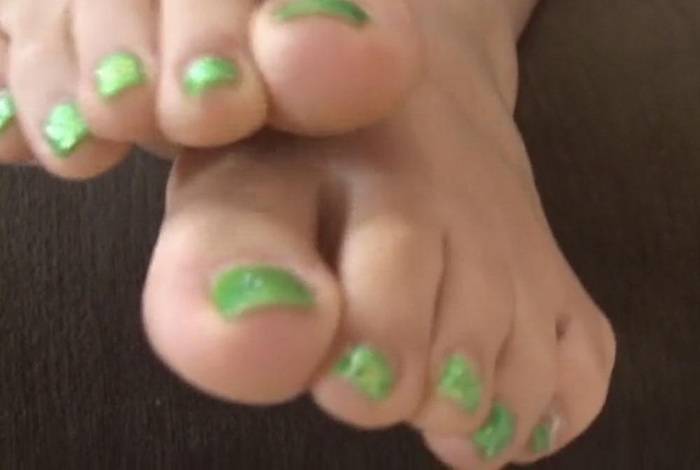 緑色の爪の足