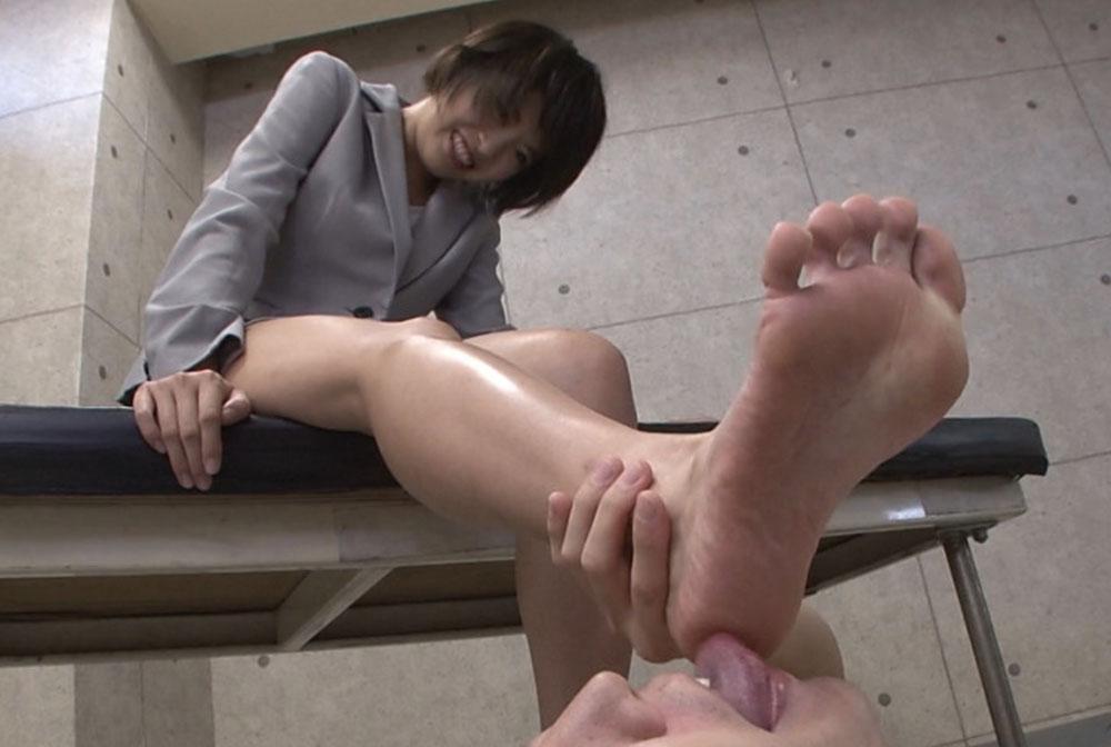 美女の足裏を舐める