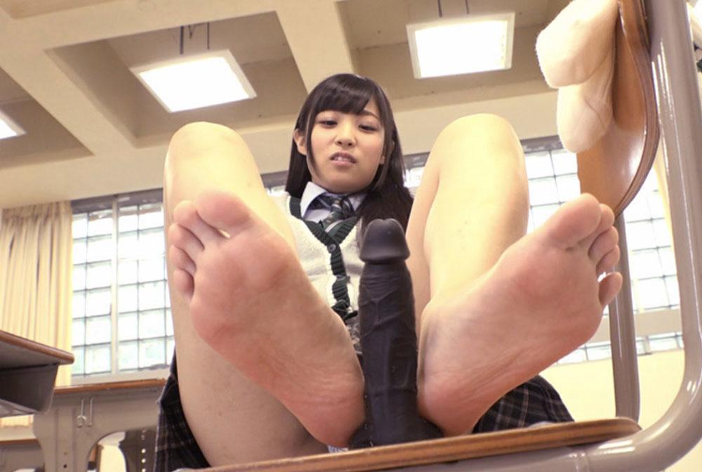 女子が黒いディルドを足コキしてます