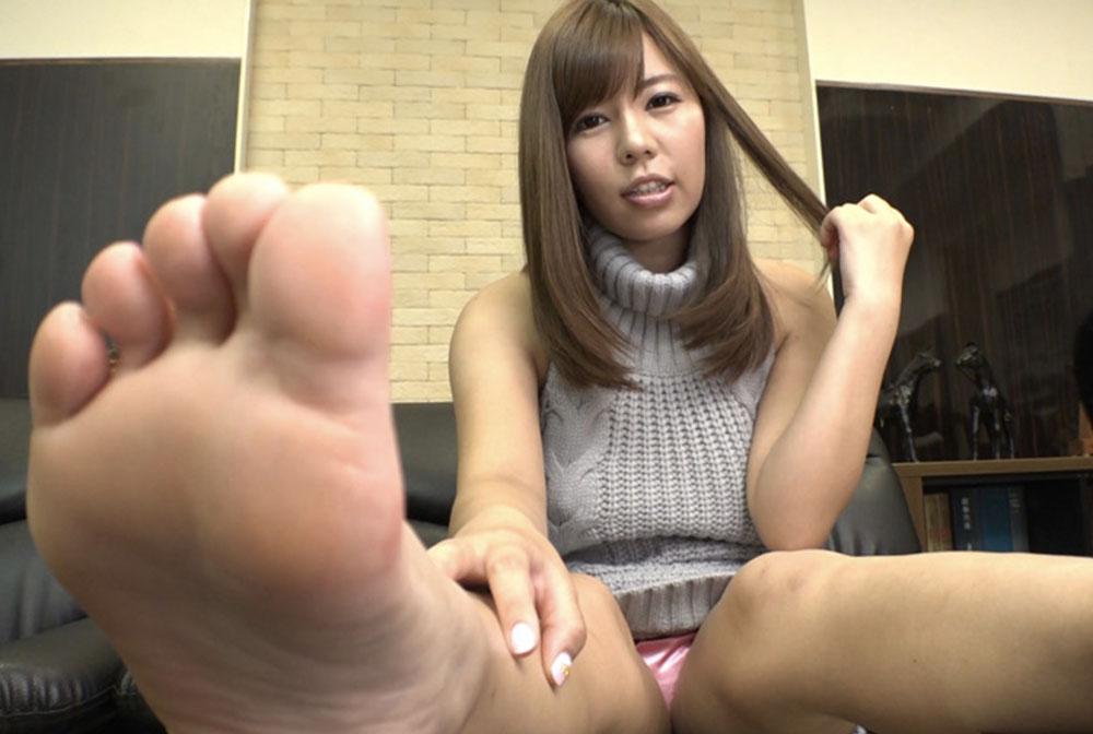 女子が足裏を見せてます
