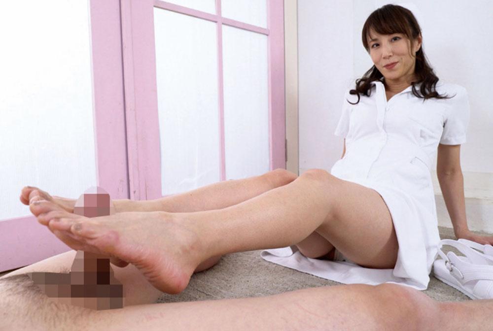 澤村レイコがナース服で足コキしてます