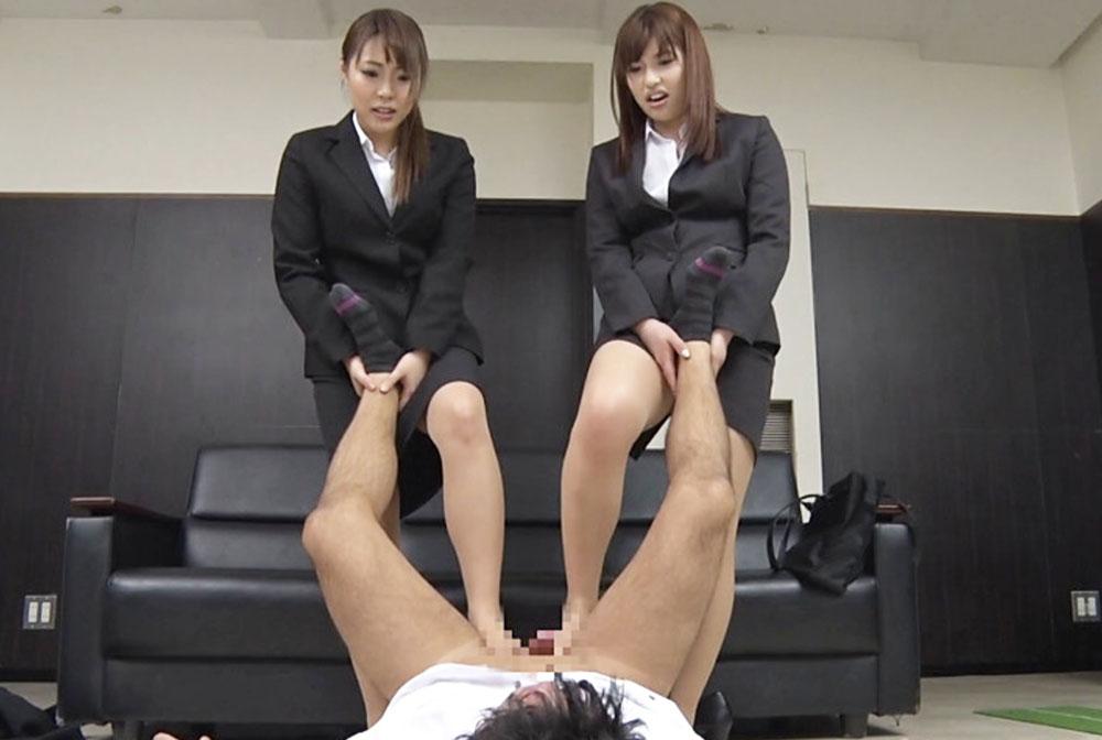 就活の女子大生2人が電気アンマしてます