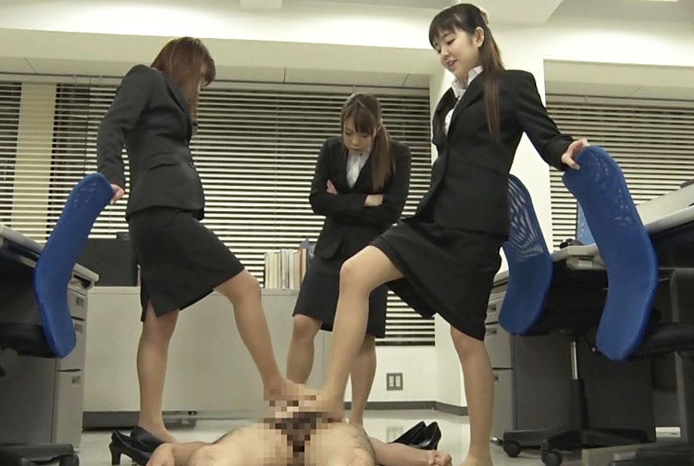 就活の女子大生が3人で足コキしてます