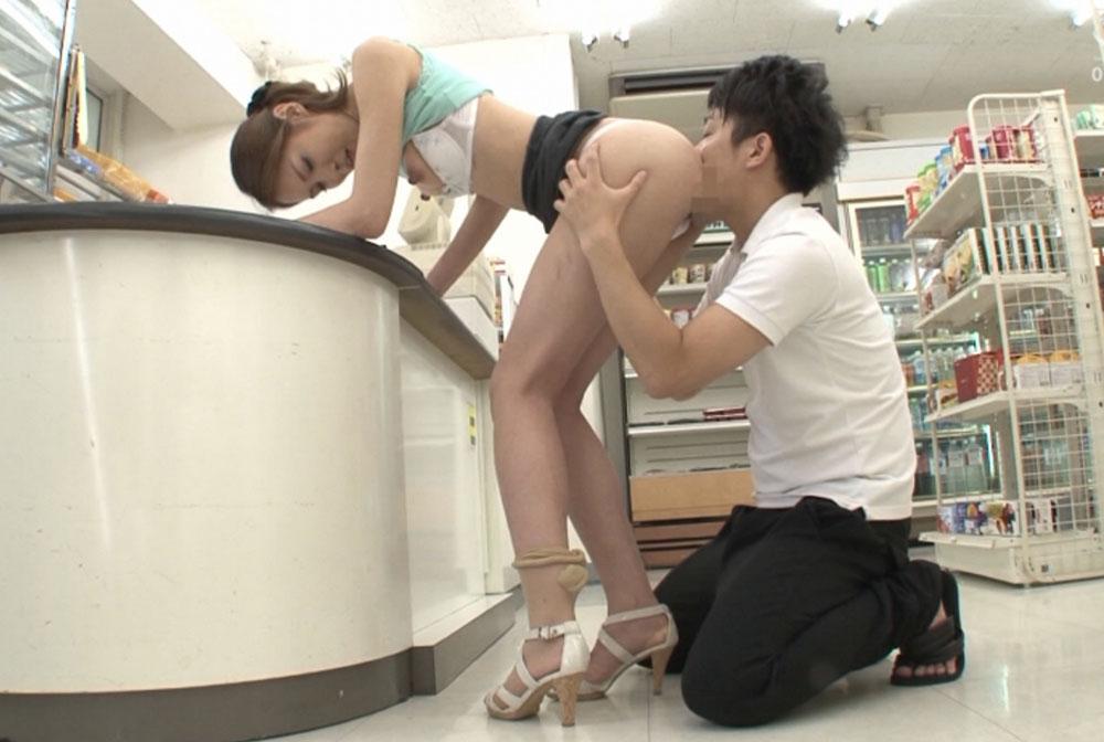 美脚の美人妻がコンビニのレジで尻を舐められてます
