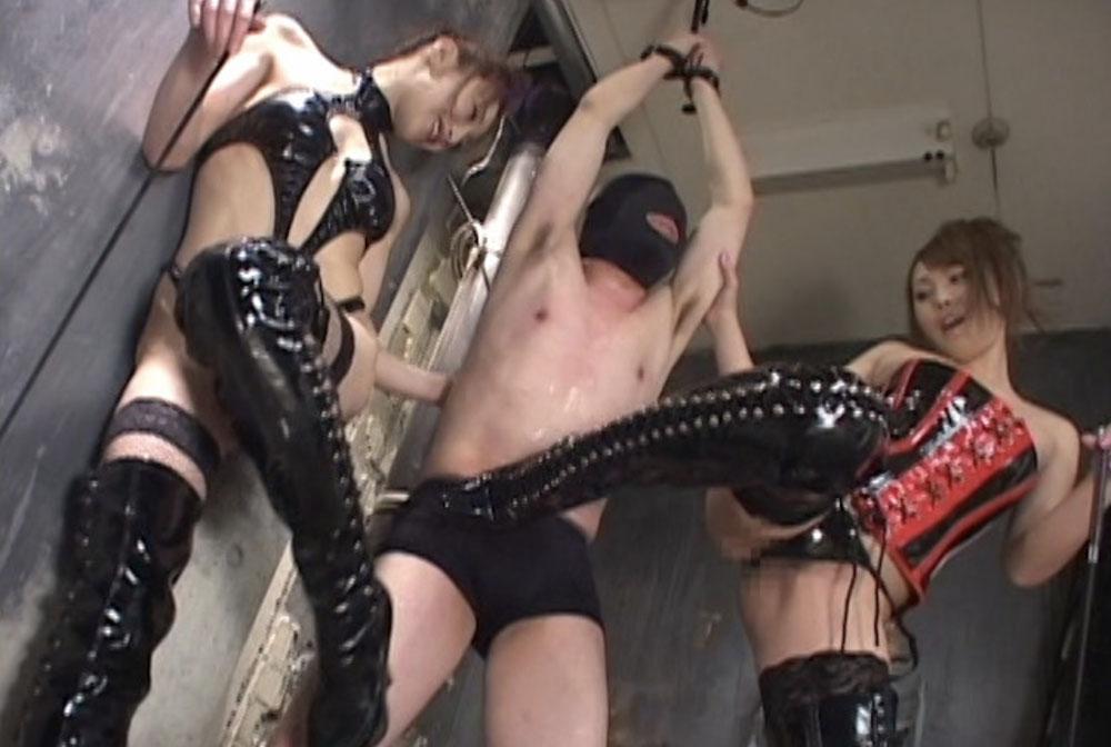 男が吊るされ二人のブーツ女子に虐められてます