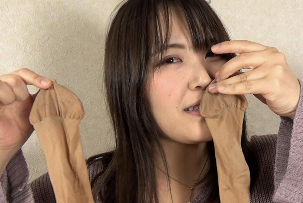 芸能マネージャーの女性が自分のパンストの匂いを嗅いでます
