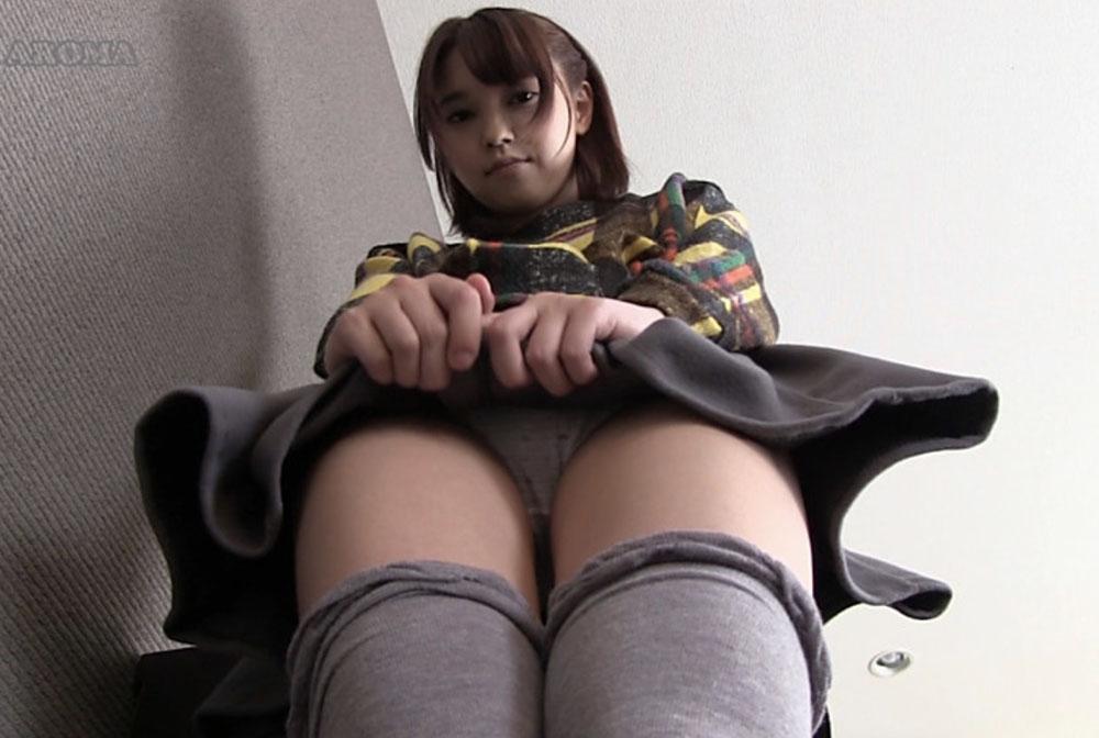 ニーハイの美少女がパンチラ見せてます