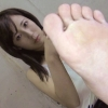 女子が左の足裏を見せてます