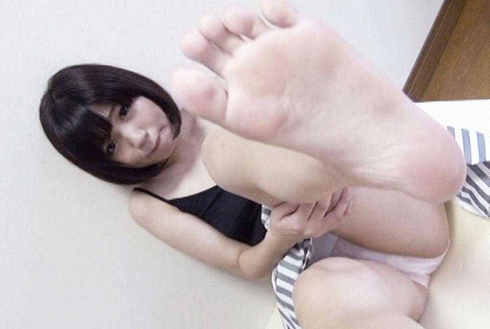 可愛い女子が足裏とパンチラを見せてます