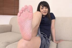 可愛い女子が生足裏を見せてます