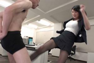 黒パンストの女子が勢いよく金蹴りしてます