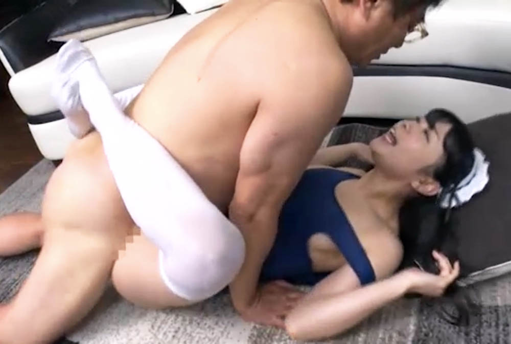 スクール水着とニーハイの家政婦と正常位カニバサミでセックスしてます