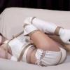 純白のブーツとコスチュームの美女を緊縛し吊り下げた悲痛な叫びが美しい
