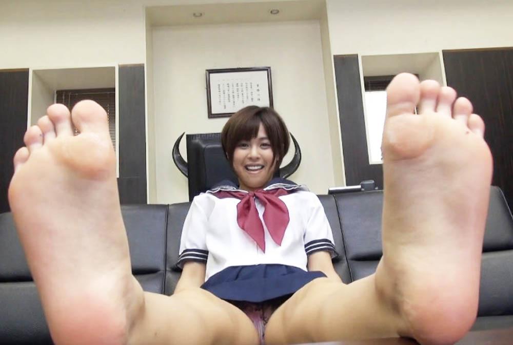 足裏とパンチラを自撮りする女子高生