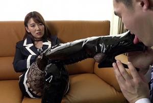 波多野結衣のブーツを男が舐めてます