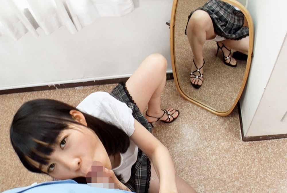 フェラチオしている女子のパンチラが鏡に映ってます