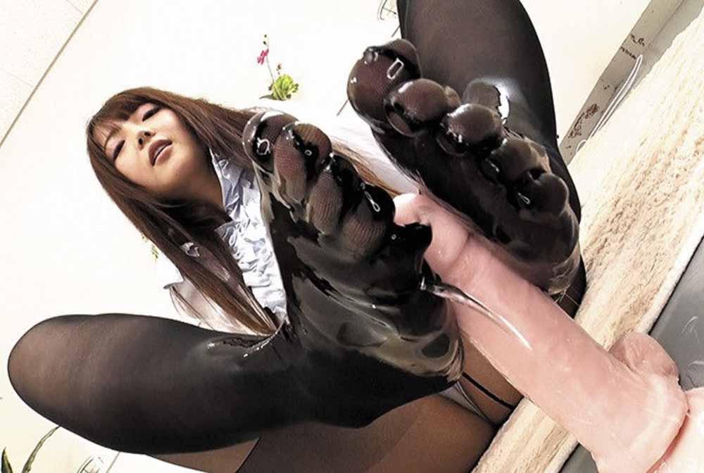 女子が5本指パンストにローションを塗ってディルドを足コキしてます