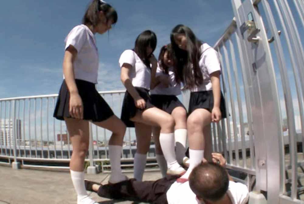 JCが4人で教師の股を踏んでます