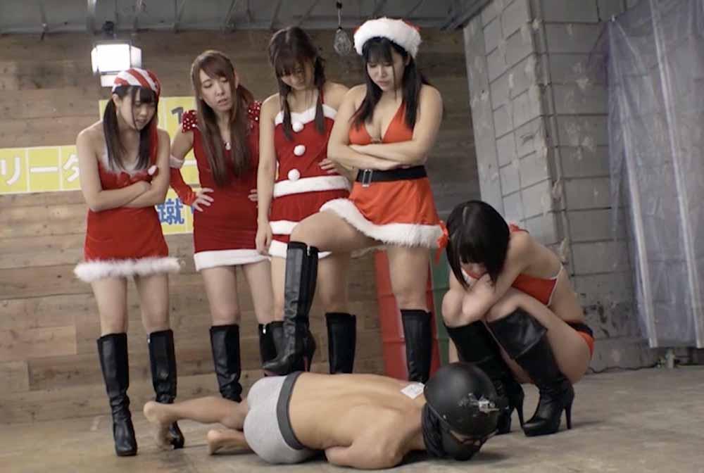 うずくまる男を5人のブーツの女子が見てます