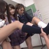 3人の女子高生に靴下を嗅がされる男