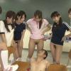 下半身裸の卓球部員に囲まれるコーチ