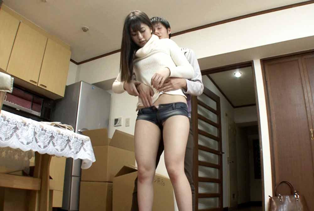 ホットパンツの姉を後ろから抱きしめる弟