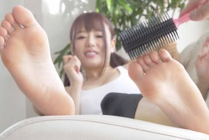 浜崎真緒が足裏をブラシで擽られてます