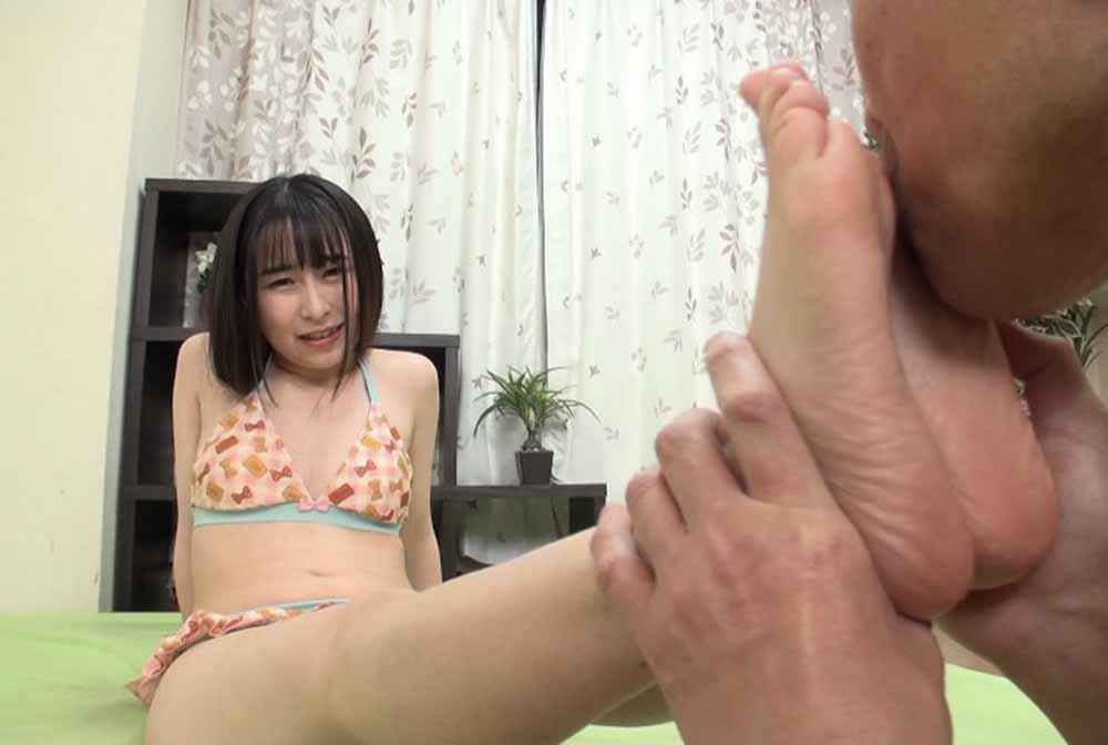 ビキニの女子の足裏を舐める男
