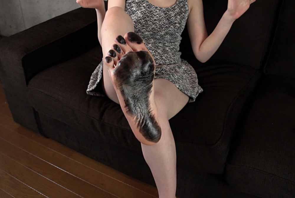 希咲あやが足の裏に黒いインクを塗りました