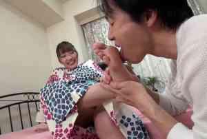 涼しげな浴衣の女子の足裏を舐める男