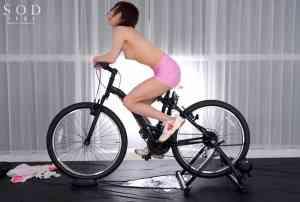 七海ティナが自転車こぎながら潮吹きしてます