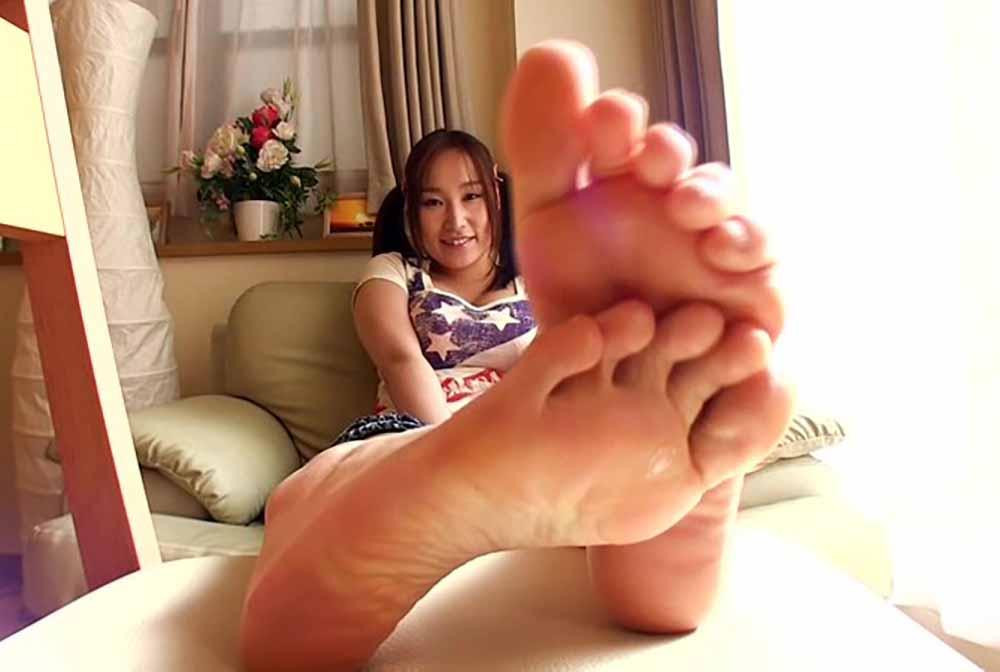 足裏ごしに見える女子が微笑んでいます