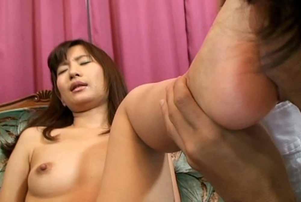 足裏を舐められて悶える女子
